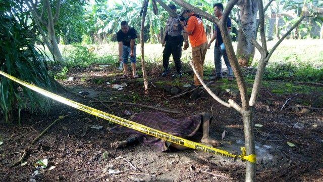 OLAH TKP: Polisi dari Polsek Buduran dan tim inafis Polresta Sidoarjo memeriksa TKP penemuan jasad laki-laki di depan MAN Sidoarjo.