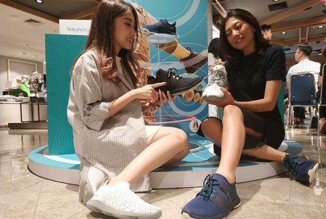 TETAP STYLISH: Defita Lesmana (kiri) dan Claresta Dami mengenakan dua koleksi Bounch Max di salah satu store di Tunjungan Plaza 5.