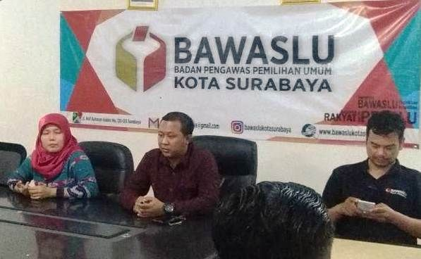 KLARIFIKASI: Ketua Bawaslu Surabaya Hadi Margo Sambodo (tengah) di kantor Bawaslu.