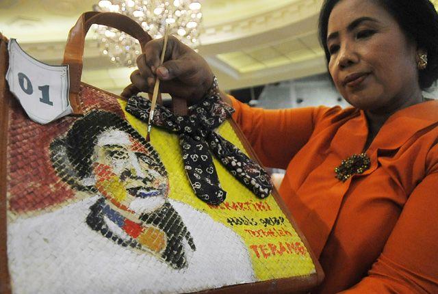 Melukis tas anyaman alam lomba melukis tas antar organisasi wanita yang tergabung dalam GOW di CWS, Selasa (23/4)