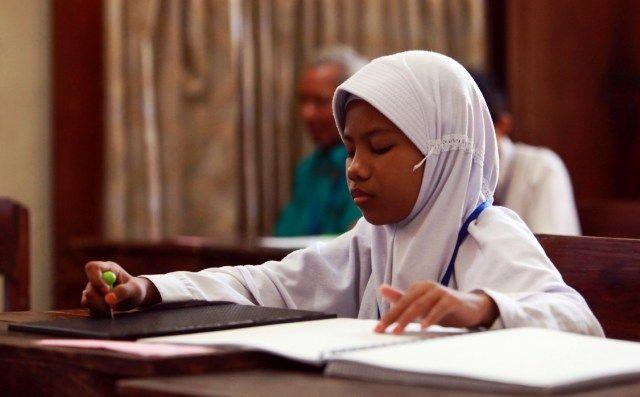 SERIUS: Siswa tuna netra peserta Ujian Sekolah Berstandar Nasional di SDLB-A Yayasan Pendidikan Anak Buta (YPAB) di Jalan Kedungdoro, Tegalsari, Surab