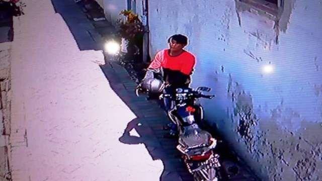 IDENTITAS BELUM DIKETAHUI: Pelaku pembobol kamar kos yang sempat terekam CCTV.