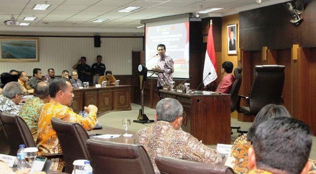 SINERGI: Wagub Emil Elestianto Dardak memberikan sambutan pada acara Rakor Bersama BNPT di Kantor Gubernur Jalan Pahlawan Surabaya, Selasa (23/4).