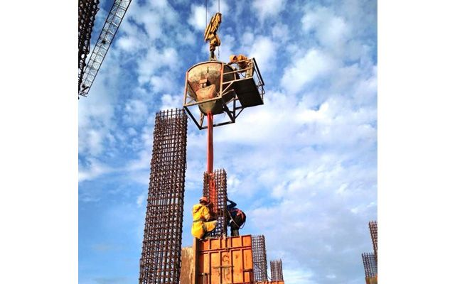 TUNTAS: Pekerja proyek Icon Apartemen menyelesaikan pengecoran bagian atap.