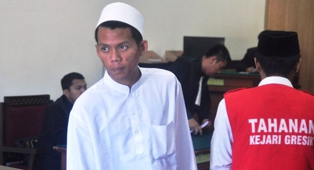 DISIDANGKAN: Terdakwa Muhammad Nurdiansyah usai jalani sidang dakwaan di PN Gresik.