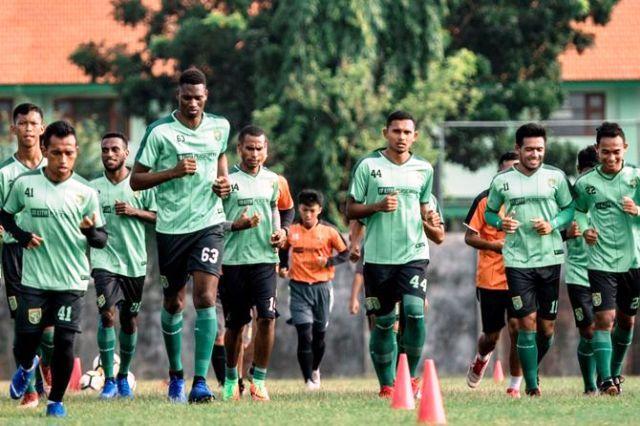 JAGA KONDISI: Tim Persebaya menunggu jadwal pertandingan Piala Indonesia melawan Madura United.