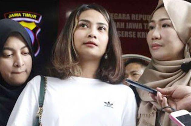 SIDANG PERDANA: Vanessa Angel (tengah) saat menjalani pemeriksaan di Polda Jatim.