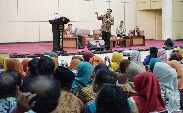 SESUAI PERMENDIKBUD: Kepala Dispendik Surabaya Ikhsan saat melakukan sosialisasikan peraturan PPDB baru kepada ratusan kepala sekolah SD/SMP Negeri se