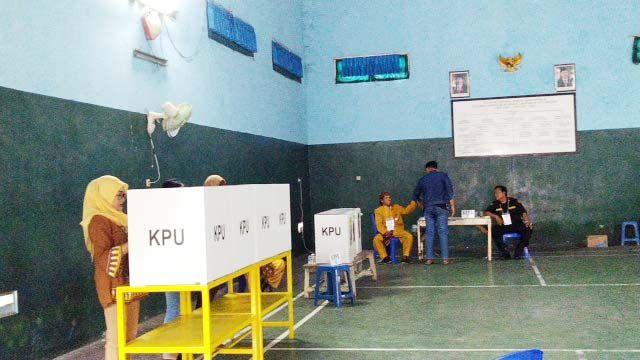 MENURUN: Meski alami penurunan partisipasi TPS 11 di Balai RW 02 Kecamatan Lakarsantri, Kelurahan Lidah Kulon berlangsung kondusif, Sabtu (27/4).