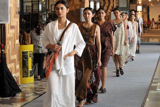TRUNK SHOW: Sejumlah model berjalan di atas catwalk mengenakan busana kasual dengan sentuhan etnik di Distrik 27, Lenmarc Mall Surabaya, Selasa (30/4)