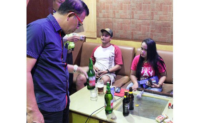 DILARANG: Polisi memeriksa minuman salah satu pengunjung tempat hiburan di kawasan Terminal Purabaya