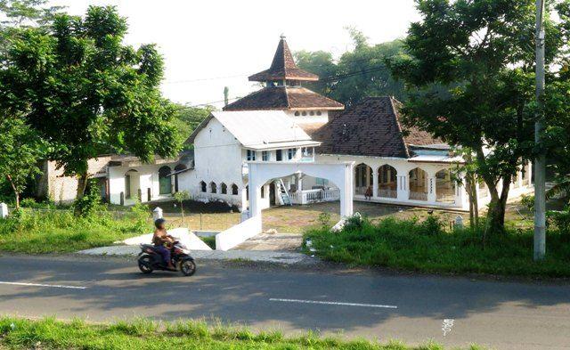 KENANGAN: Masjid Baitussolihin di Desa Kedungcangkring, Jabon.