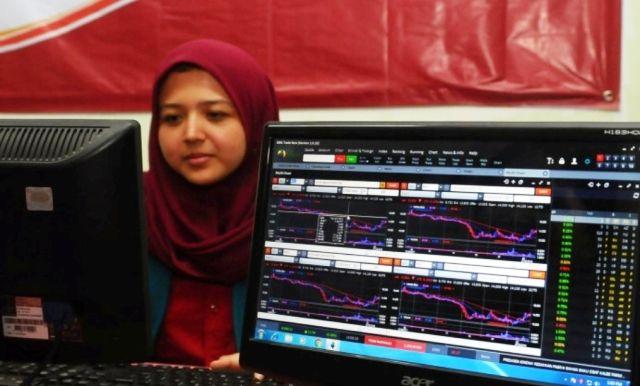 DIMINATI: Salah Satu investor milenial sedang memantau perkembangan saham.