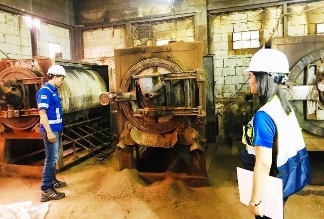 LEBIH EFISIEN: Tim PGN sedang mengecek tungku pembakaran produksi coklat yang menggunakan Gaslink di salah satu industri di Surabaya.