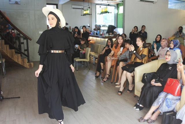 STUNNING: Salah satu hasil mix and match busana karya Catherine Njoo yang terinspirasi gaya wanita Dubai.