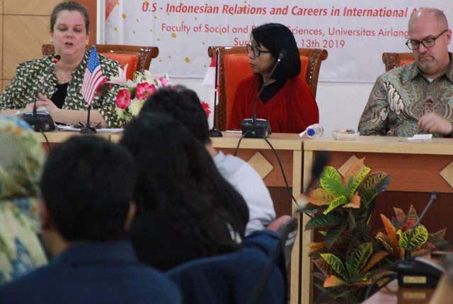 GAYENG: Wakil Duta Besar Amerika Serikat untuk Indonesia Heather Variova (kiri depan) dan Konsulat Jenderal Amerika Serikat di Surabaya Mark Mcgovern