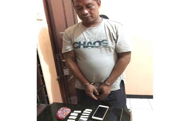 DIBORGOL: Tersangka Joki Siswanto berdiri pasrah di hadapan penyidik.
