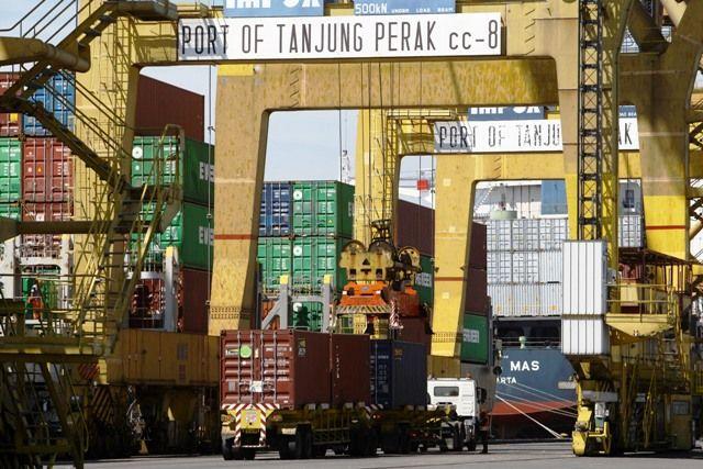 LESU: Aktivitas bongkar muat di Pelabuhan Tanjung Perak. Menurunnya ekspor komoditi nonmigas berdampak pada  penurunan ekspor Jatim bulan April.
