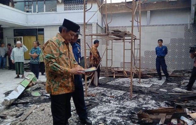 TINJAU TKP: Wakil Bupati Sidoarjo Nur Ahmad Syaifuddin (tengah) saat menijau lokasi kebakaran.