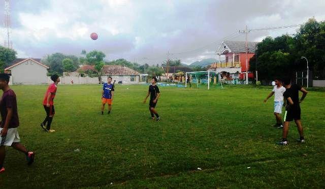 PEMANASAN: Pemain Porset sedang melakukan pemanasan sebelum bermain sepak bola.