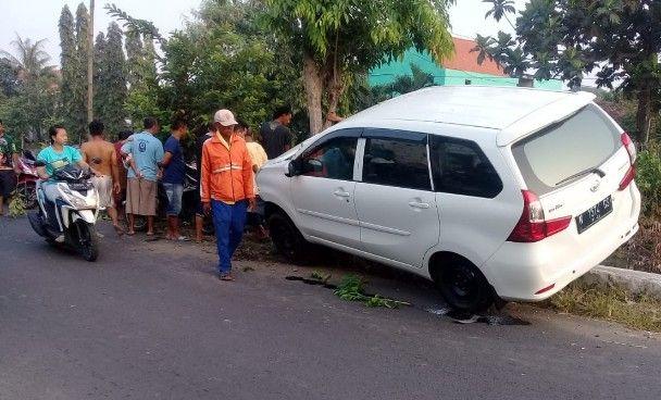 TKP: Kondisi mobil Xenia dan motor korban yang tersangkut pohon usai kecelakaan.