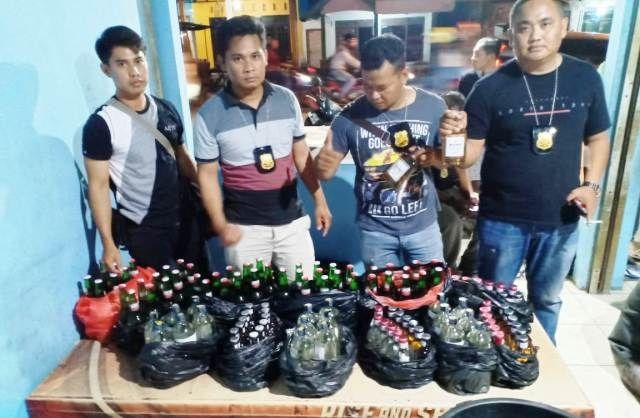 RAZIA MIRAS: Anggota Polsek Driyorejo merazia miras di toko di Desa Tenaru, Driyorejo.