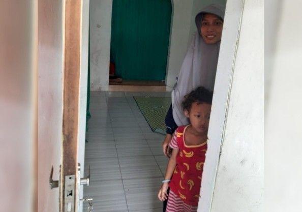 MEMBANTAH: Istri terduga teroris beserta anaknya memilih berdiam di rumah kontrakan pasca penangkapan suaminya.