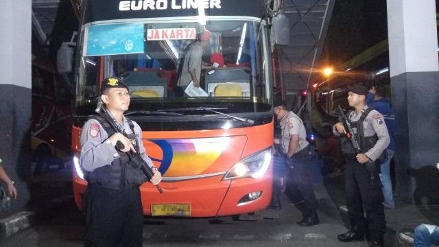 CEK: Petugas gabungan memeriksa penumpang dan barang bawaannya yang menuju ke Jakarta di Terminal Bungurasih.