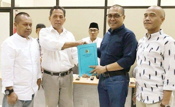 SUKSESI: Ainur Rohim (dua dari kiri) yang menggantikan jabatan ketua PWI Jatim dari Akhmad Munir (dua dari kanan).