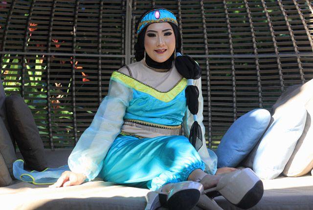 SMOKEY EYES: Michelle dengan riasan ala Puteri Jasmine dalam karakter film Aladdin karya makeup artist Nia Assyahda di Shangri-La Hotel Surabaya, Sela