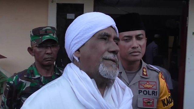HIMBAUAN: Dewan Pakar MUI Jatim Habib Achmad Zein Alkaf bersama Kapolres Pelabuhan Tanjung Perak AKBP Antonius Agus Rahmanto (kanan) dan TNI (kiri).