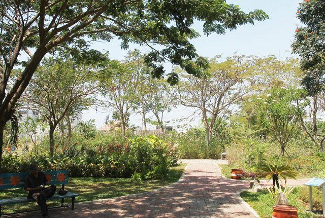 SEKALIGUS SARANA REKREASI: Suasana di Taman Harmoni Keputih. Pemkot Surabaya terus menambah luas RTH untuk menurunkan suhu udara mikro di Kota Pahlawa