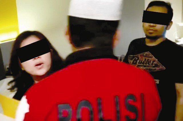 TERCYDUK: NOV saat digerebek sang suami bersama polisi di kamar hotel bersama pria lain, DIB.