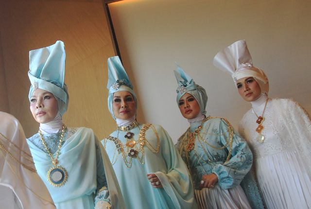 KOMBINASIKAN DENGAN PERHIASAN EMAS: Lima orang model berpose dengan mengenakan busana muslim yang terinspirasi dari puteri Romawi karya Saffana Ana, R