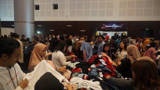 RAMAI: Pengunjung menjubeli pesta diskon barang barang bermerek di arena Big Bang Surabaya 2019.