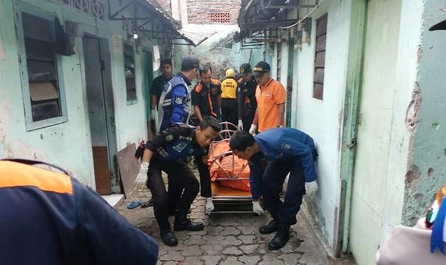 TRAGIS: Petugas mengevakuasi mayat Sumardi.