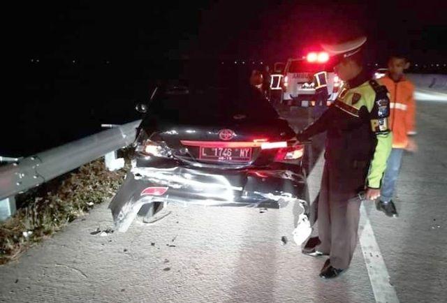 RINGSEK: Petugas PJR mengecek kondisi mobil Toyota Vios nopol L 1746 NM milik Ardiansyah warga Jalan Sidorukun Lebar XI, Surabaya yang terlibat kecela