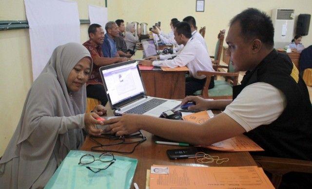 PERSIAPAN: Calon Jamaah Haji saat perekaman data paspor beberapa waktu lalu. Hari ini CJH akan mendapatkan pembekalan sekaligus manasik haji.