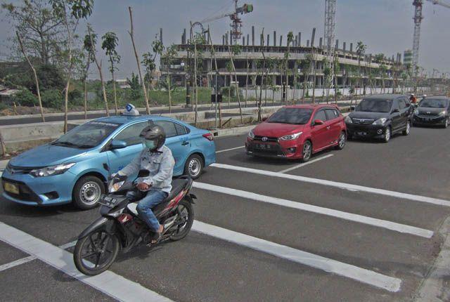 ANTISIPASI: Pengendara roda dua dan empat melintasi speed trap yang terpasang di Jalan MERR, Gunung Anyar, Surabaya, Kamis (13/6).