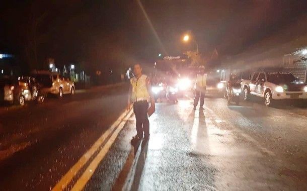 OLAH TKP: Polisi sedang melakukan olah TKP kecelakaan mobil Ertiga di Jalan Raya Duduksampeyan.