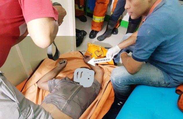 OLAH TKP: Petugas melakukan identifikasi terhadap jasad korban Suud yang meninggal karena tersengat listrik.