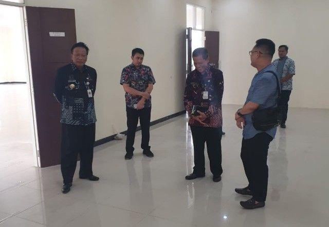 LAYANAN PUBLIK : Bupati Sambari Halim Radianto dan Wabup Qosim saat meninjau Mall Pelayanan Publik.