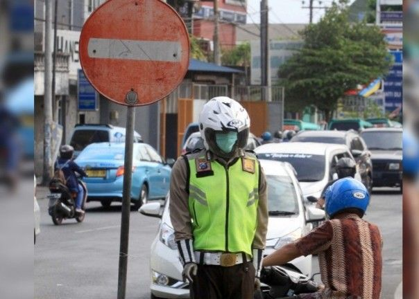 BERBAHAYA: Pemotor nekat menerobos rambu larangan masuk di Jalan Brigjen Katamso yang dijaga 'polisi'.