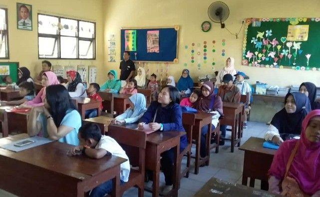 PENUH: Antusiasme wali murid saat Pendaftaran Peserta Didik Baru (PPDB) SD Tahun Ajaran 2019/2020.