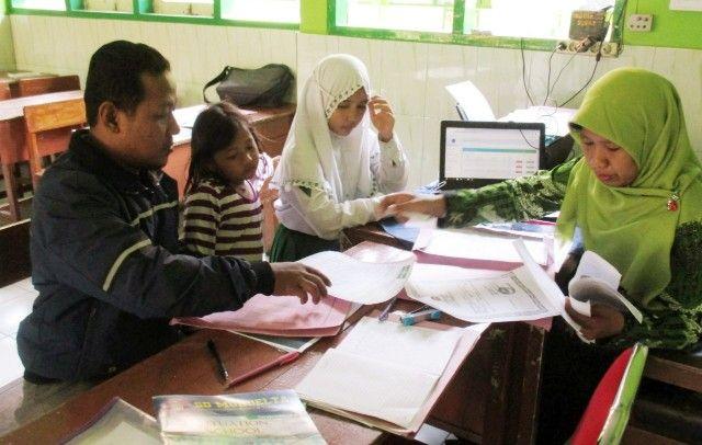 CEK: Tahap verifikasi berkas calon peserta didik baru SMPN 1 Tulangan, Selasa (18/6).