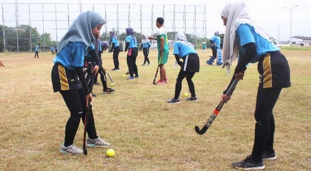LATIHAN: Tim atlet tim hoki sedang latihan melakukan pashing bola di lapangan luar GJOS.