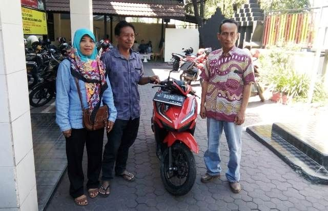 SEMPAT HILANG: Kanitreskrim Polsek Sidoarjo Ipda Sukarno (kanan) menyerahkan Honda Vario kepada sang pemilik.
