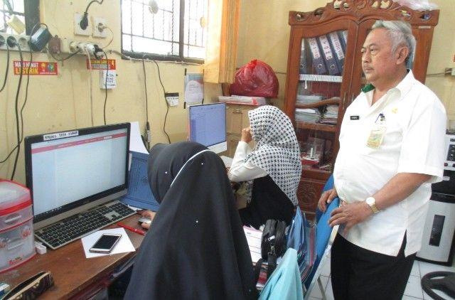 ONLINE: Kepala Sekolah SDN Sidokepung 2, Purnomo memantau entry data ke sistem Penerimaan Peserta Didik Baru (PPDB).