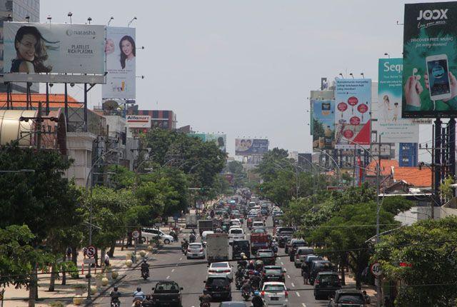 PERLU DITATA: Deretan papan reklame yang terpasang di sepanjang Jalan Embong Malang, Surabaya.