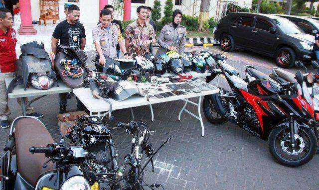 TINDAK TEGAS: Polisi menunjukkan barang bukti kasus pencurian kendaraan bermotor yang diamankan di Mapolrestabes Surabaya.